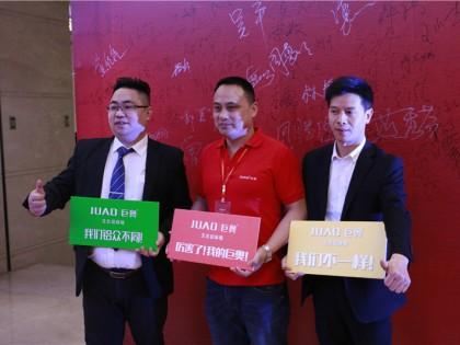 销售部长宋王争(左)与经销商合影